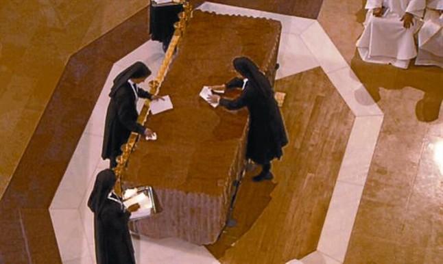 Monjas limpiando el altar de la Sagrada Familia