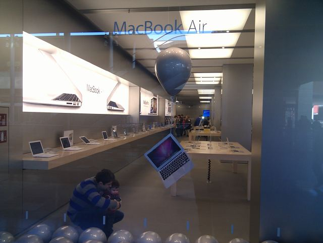 MacBook Air Globo Apple Store Barcelona